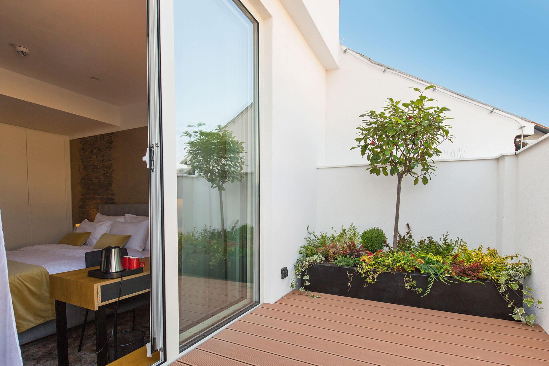 אדנית-ברזל-במרפסת